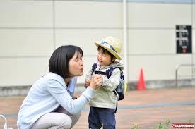 Làm gì khi trẻ cáu giận, ném đồ, đánh bố mẹ?