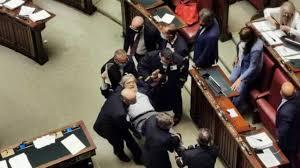 Giustizia, Sgarbi portato di peso dai commessi fuori dall'Aula ...