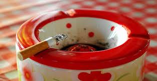 Resultado de imagem para cinzeiro com cigarro