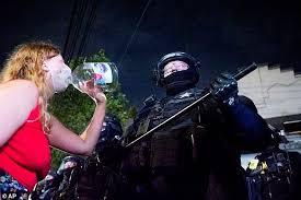 La police de Portland arrête plusieurs manifestants au cours de la 99e nuit  de troubles   FR24 News France