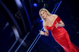 Alketa Vejsiu, la presentatrice albanese della terza serata di ...