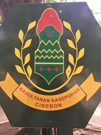 Afbeeldingsresultaat voor keraton kasepuhan lambang
