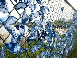 Chain Link Fence Capable Of Hanging Artworks In Public And Urban