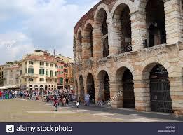 L'Arena di Verona (Italiano: Arena di Verona ) è un anfiteatro romano in  Piazza Bra a Verona, Italia, costruito nel primo secolo. È ancora oggi in  uso ed è famosa a livello
