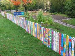 Beautiful Fence Idea Incorporates Student Art Into The Space Description From Pinterest Com I Searched For Th School Garden Pallet Fence Small Garden Fence