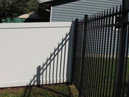 White Vinyl Privacy Fence Mixed With 6 High Spear Top Black Ornamental Aluminum Fence Fence Design Vinyl Privacy Fence Aluminum Pool Fence