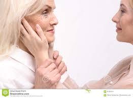 Mujer Joven Que Echa Un Vistazo En La Anciano Una Foto de archivo - Imagen  de vistazo, joven: 91203374