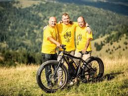 Afaceri de la zero. Aaron Balazs a creat brandul Bikkla, un centru de  închiriere cu biciclete electrice în zona Lacul Roşu, iar ambiţia sa este  să dezvolte franciza căsuţei pe roţi cu