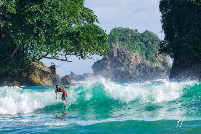 PANTAI BOWELE  Ini 'Surganya' Para Surfer di Malang Selatan