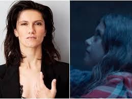 Elisa piange la morte di Luna, da bambina nel video di Bruciare ...
