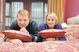 За Михаилом Кокшеновым ухаживают две его жены - бывшая и нынешняя