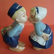 kissing dutch children statue dutch