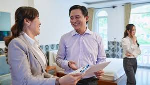 How does a REALTOR® establish the selling price of my house?