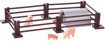 Amazon Com Britains 1 32 Pig Pen Playset Includes 2 Pigs And 2 Piglets With Pighouse And Fence Collectable Farm Toy Suitable From 3 Years Toys Games