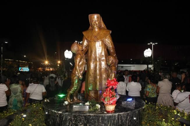 """Resultado de imagem para Imagem de Irmã Dulce esculpida por artista mineira é inaugurada na Bahia"""""""
