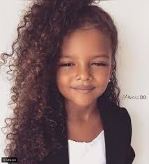 طفلة سمراء تشعل مواقع التواصل الاجتماعي بجمالها الفريد شاهدوا