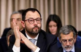 Alitalia, l'ultimatum di Patuanelli: «Sei mesi per salvarla». E ...