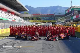 La foto di gruppo della Ferrari al Mugello in occasione del millesimo Gran  Premio di Formula 1 della scuderia di Maranello : italy