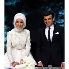 Düğün sezonunu bu sene Sümeyye Erdoğan ile Selçuk Bayraktar'ın nikahı ile  açıldı. Hepimiz heyecanla bu nikahı bekliyo… | Gelin elbisesi, Gelinlik,  Müslüman elbisesi