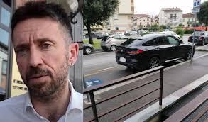 Arezzo, Andrea Scanzi parcheggia la sua Bmw occupando due posti per  disabili
