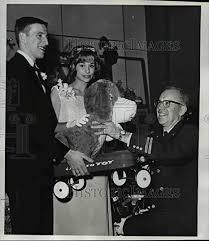 Vintage Photos 1964 Press Photo Ron Scheurer & Nona Hamilton w/Cecil Roth  of Toy & Joy Makers: Amazon.co.uk: Kitchen & Home