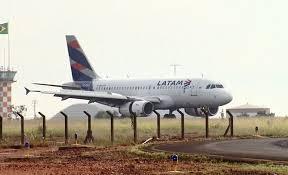 pageiros deixam um avião da latam