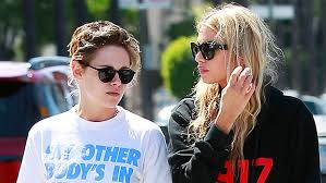 Kristen Stewart & Stella Maxwell Pack On The PDA On Boat In Italy – See  Adorable Pics – Ocean Pop