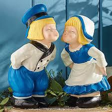 kissing dutch couple statue premium