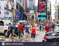 Concurrida Times Square en Manhattan, Ciudad de Nueva York Street con  multitudes de gente / turistas en verano Fotografía de stock - Alamy