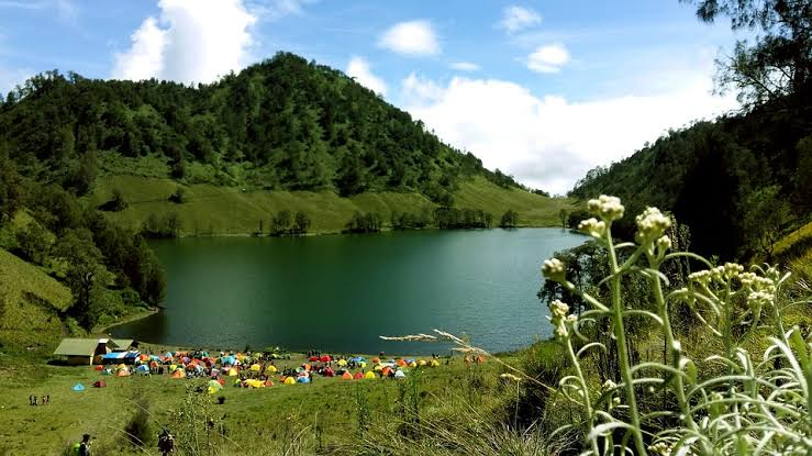 "Hasil gambar untuk danau dengan latar belakang pemandangan gunung yang hijau"""