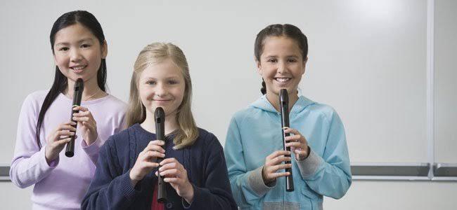 niñas tocando flauta