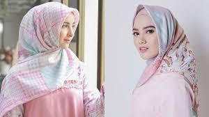 Hasil gambar untuk Campuran hijab warna pink dan juga putih menghasilkan gradasi warna yang manis