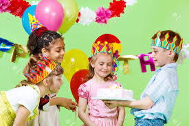 Nino Preescolar Ofreciendo Tarta De Cumpleanos A Sus Invitados