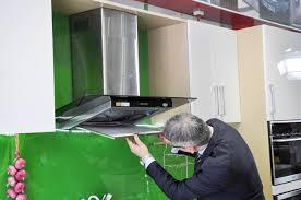Cách vệ sinh lưới lọc máy hút mùi