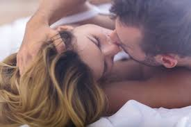 romantic couple kissing pics