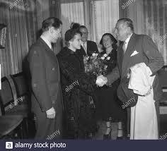 Marriage Myra Ward and Paul Steenbergen. Cees Laseur congratulates Date: 2  October 1950 Location: Den Haag Personal name: Laseur, Cees, Steenbergen,  Paul, Ward, Myra Stock Photo - Alamy