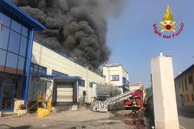 Incendio in un'azienda di materie plastica a Gallarate: pericolo ...
