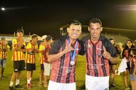 Índio comemorou com o Bida o título que tambÃĩm conquistaram no Vitória da Bahia juntos.  (Foto: Alexandre Jabá)