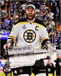 Amazon.com: Zdeno Chara - holding the 2011 Stanley Cup Trophy - NHL 8x10  Photo (Boston Bruins): Books