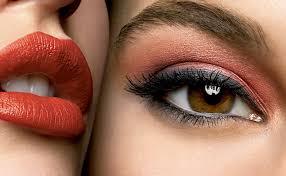 el rojo se pone de moda en el makeup