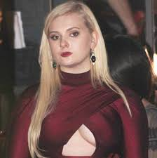 Abigail Breslin in Horrific Crimson Dress and Platform Stiletto ...
