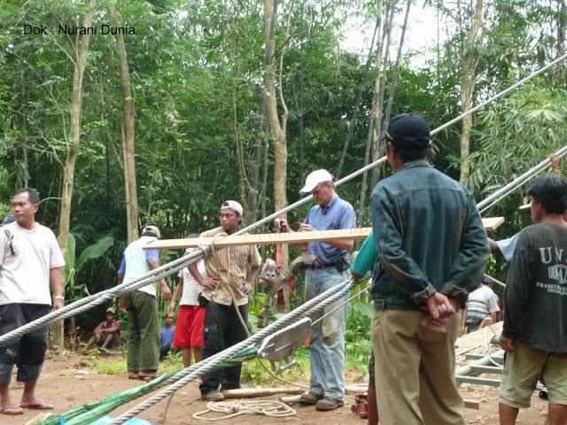 kembali-viral-toni-ruttiman-yang-bukan-indonesia-bangun-jembatan-di-daerah-terpencil
