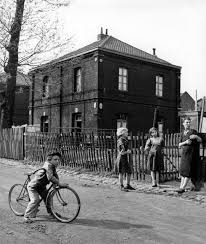 Resultado de imagem para boy riding a bike doisneau