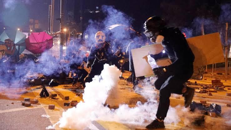 """Resultado de imagem para Soldados chineses ajudam a limpar ruas de Hong Kong, mas violência explode novamente"""""""
