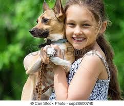 Un niño y un perro.