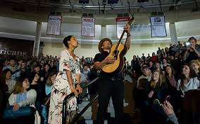 With their music, folk duo Johnnyswim inspires students to spread love -  Liberty News
