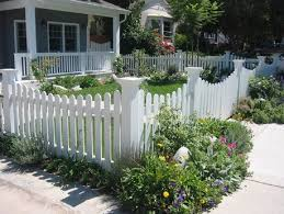 Nice Front Yard Picket Fence With Soft Arches Front Yard Design Small Front Gardens Front Yard