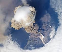 La erupción del volcán Sarychev vista desde la Estación Espacial ...