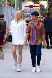 fashion icon sophie turner top outfits