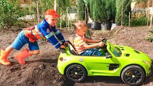 نيكيتا يركب سيارة أطفال ويغرس في الأرض ويقطره فلاد بالجرار Youtube
